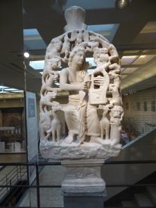 776. Atenas. Museo bizantino. Relieve de Orfeo con animales reales e imaginarios. Egina. IV