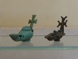 777. Atenas. Museo bizantino. Lámparas de cobre con asa en forma de cruz. V-VII