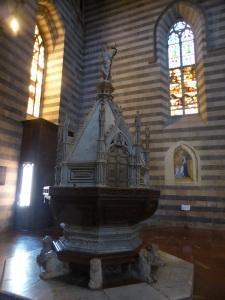 028. Orvieto. Duomo. Pila bautismal. Finales  del XIV