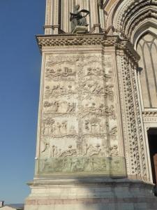047. Orvieto. Duomo. Fachada. Bajorrelieves del Génesis