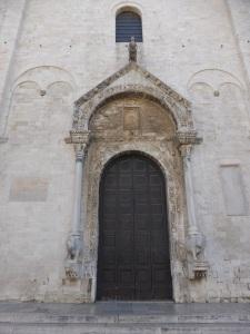 1046. Bari. San Nicolás de Bari. Fachada. Portada central