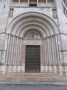 1386. Parma. Baptisterio. Portal de la Madonna o Adoración de los Magos (al sur)