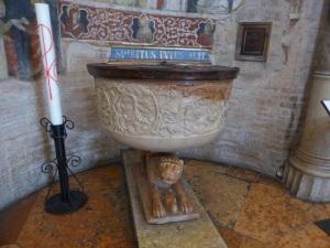 1404. Parma. Baptisterio. Pila bautismal