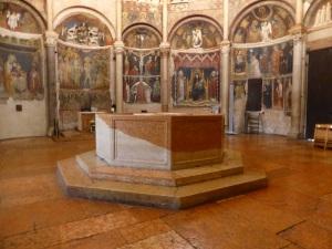 1407. Parma. Baptisterio. Piscina