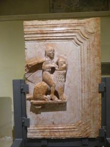 1472. Parma Museo Diocesano. Sansón descuajarigando al león. Siglo XII. Reutilizada en la pavimentación renacentista del Duomo