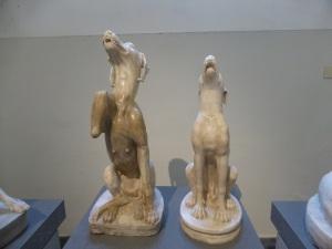 273. Nápoles. Museo Arqueológico Nacional. Perros en cuclillas. Época imperial