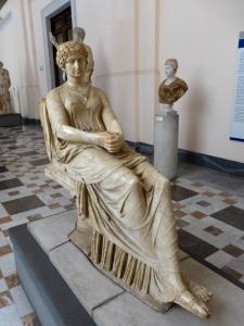 296. Nápoles. Museo Arqueológico Nacional. Agripina sentada. Reelaboración romana del I de un original griego clásico.