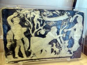 312. Nápoles. Museo Arqueológico Nacional. Panel con escenas dionisíacas en vidrio camafeo 2. Procede de Pompeya. Siglo I.