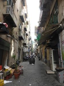 710. Nápoles. Barrio Español