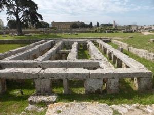 813. Paestum. Estructura de pilastras con piscina. Tal vez fue templo