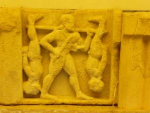 868. Paestum. Museo. Metopa del templo de Hera en Sele. Heracles transportando los ladrones Cercopes.