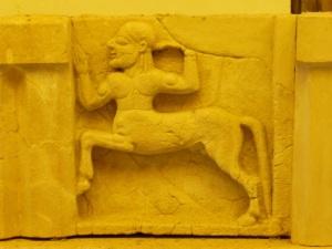 869. Paestum. Museo. Metopa del templo de Hera en Sele.