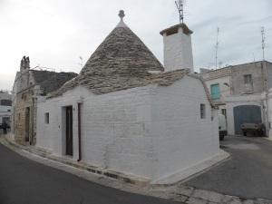894. Alberobello. Trullo