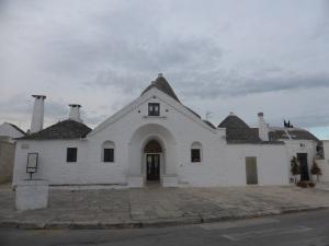 908. Alberobello. Trullo Soberano