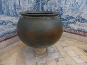 276. Monasterio de Alcobaça. Sala de los Reyes. Caldero aprehendido a los españoles en Aljubarrota