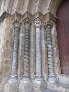 325. Coimbra. Iglesia de Santiago. Portada oeste. Columnas y capiteles norte