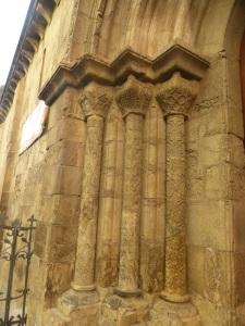 330. Coimbra. Iglesia de Santiago. Portada sur. Columnas y capiteles oeste