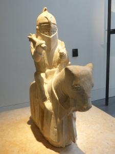 397. Coimbra. Museo Machado de Castro. Caballero medieval procedente de Oliveira do Hospital. Maestro Pero. Siglo XIV