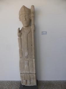 470. Rates. Museo. Escultura de un obispo o de San pedro de Rates. XII. Procede de San Pedro