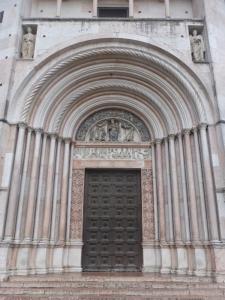 1386. Parma. Baptisterio. Portal de la Madonna o Adoración de los Magos (al norte)
