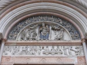 1387. Parma. Baptisterio. Portal de la Madonna o Adoración de los Magos (al sur)