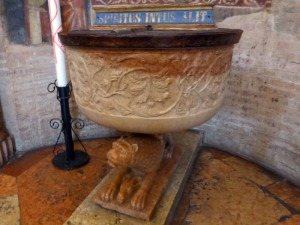 1403. Parma. Baptisterio. Pila bautismal