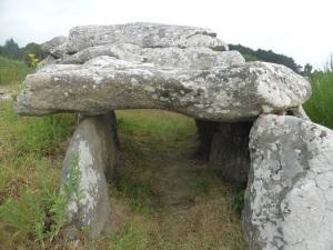 313. Carnac. Alineamientos de Kermario. Dolmen