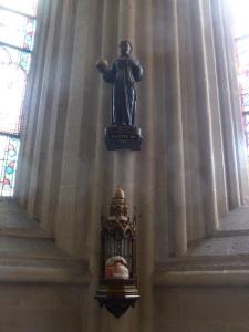 463. Quimper. Catedral. Santik Du (Pequeño Santo Negro). A sus pies desde el XV gente anónima deposita pan para los necesitados