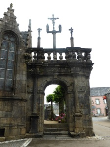 536. Lampaul-Guimiliau. Arco de acceso (1533) y primer Calvario
