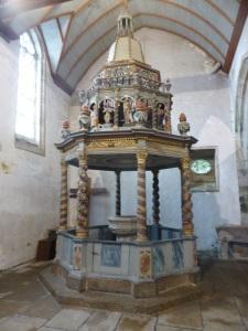 557. Lampaul-Guimiliau. Iglesia. Pila bautismal