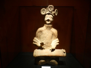 1097. Museo de Shangai. Tocadora de laüd. Cerámica. Dinastía Han del este. 25-220