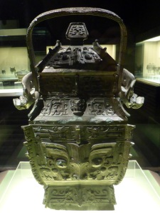 1114. Museo de Shangai. Vasija para vino . Finales dinastía Shang. XIII-XI a. C.