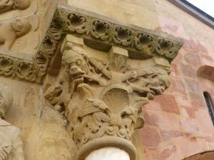 Capitel de la portada. Monstruos entre decoración vegetal