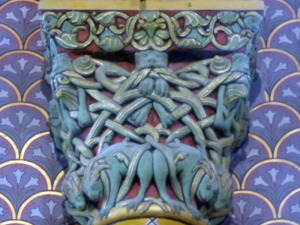 Capitel de los arcos que enmarcan las ventanas del ábside central 1