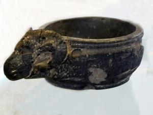 053. Teherán. Museo Arqueológico. Vasija de betún. Procedente de Susa. Fines del segundo milenio a. C.