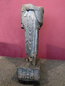 099. Teherán. Museo Arqueológico. Estatua de Darío. De granito gris egipcio. Procede de Susa. Contiene inscripciones cuneiformes en antiguo persa, elamita y babilónico y al otro lado en jeroglíficos egipcios
