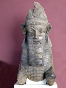 104. Teherán. Museo Arqueológico. Fragmento de columna. Persépolis
