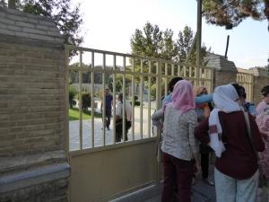 414. Isfahán. Palacio y jardín Chehel Sutun. Cerrado y con gente dentro sin poder salir