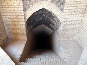 674. Yazd. Barrio antiguo. Acceso a un depósito subterráneo de agua