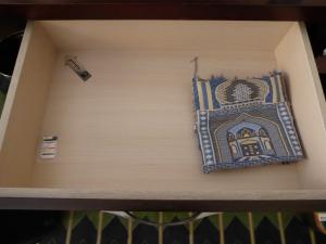 831. Yazd. Hotel. Piedra, alfombra y flecha hacia La Meca