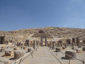 948. Persépolis. Salón de las cien columnas. Al fondo tumba de Artajerjes II