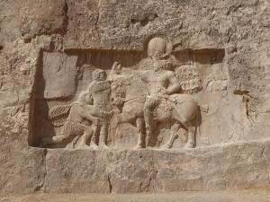 1027. Persépolis. Naqsh-e Rustam. Tumba de Darío I. Relieve de Sepur I (241-272). Ante él se rinden los emperadores romanos Valerio y Filipo el Árabe