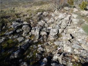 Restos de lo que pudo ser una torre al oeste de la capilla sobre el precipicio