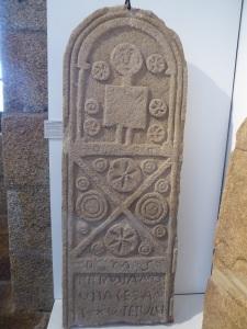 178b Estela romana de Primiano. Procede de Rodeiro, Mazarelas, Oza dos Ríos (La Coruña)