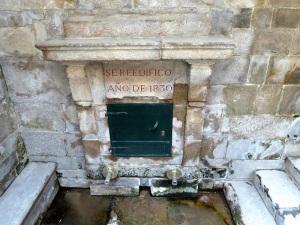 384. Santiago de Compostela. Fuente en el lugar donde al escarbar hicieron brotar agua los bueyes que transportaban el cadáver del Apóstol