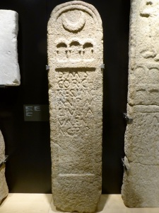 405. Pontevedra. Museo Provincial. Estela funeraria de Cornelius Cresimus. Procede de Iria Flavia (Padrón). Siglos II-IV