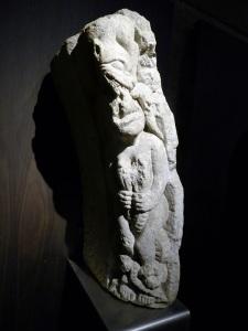 Dovela 2 del castigo de los lujuriosos. Procede de la fachada occ. de la catedral. Maestro Mateo. Hacia 1200