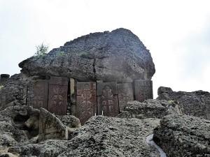 1085. Monasterio de Geghard. Krachkars