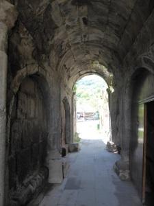 402. Monasterio de Goshavank. Paso entre Santa Madre de Dios y auditorio-escritorio