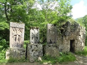 475. Regresando del monasterio de Haghartsin. Khachkars